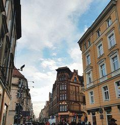 """Półwiejska... i powtarzanie sobie """"omijam sklepy szerokim łukiem"""", no może Zara  Niby nic nie ma, ale zawsze coś się kupi ♀️A jeszcze bardziej od Zary kuszą na Polwiejskiej  pączki #poznan #mycity #street #streetphotography #poland #architecture #architektura #zakupy #polonia #polska #winter #january #beautiful #city #visitpoland #blog #blogger #igerspoznan #travel #prettycity #igerspoland #vscocam #instapoznan #polwiejska"""