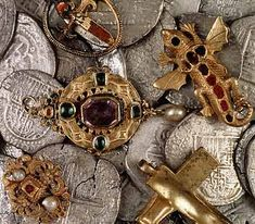 Tesoro recuperado de los restos del naufragio del 'Girona'.  Treasure recovered from the wreck of the 'Girona'