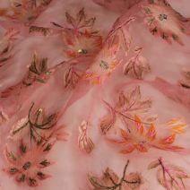 Růžové hedvábí s výšivkou.