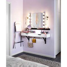 Toaletka topółka zszufladami EKBY ALEX wkomplecie zewspornikami EKBY VALTER + para lamp LEDSJÖ + lustro KOLJA (teraz wnowej, niższej cenie!) + czarna półka RIBBA. Dotego składane krzesło barowe FRANKLIN ilusterko stojące TRENSUM, które zjednej strony jest powiększające. Kreski napowiekach zawsze będą precyzyjne.