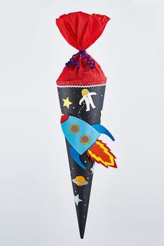 Eine Schultüte mit Weltall. Für Jungs sind Raketen-Schultüten bzw. Weltraum-Schultüten immer noch extrem angesagt. Hier finden Sie einen Anleitung zum Nachbasteln. Ready for Take Off? © 2015 Cristophorus Verlag