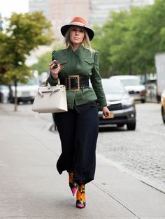 See what influential women in fashion are wearing on the streets of New York Fashion Week. Click through to be inspired as we update the gallery daily. New York Fashion Week 2017, New York Fashion Week Street Style, Street Style Trends, New York Street, Street Style Looks, Sac Birkin Hermes, Collage Vintage, Carrie Bradshaw, Fashion Editor