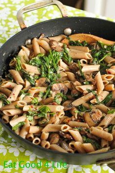 I am in love with this Creamy mushroom and spinach pasta. I am really big on pasta dishes as they are super easy and versatile. This Creamy mushroom and spinach pasta does not disappoint. Creamy Mushrooms, Spinach Stuffed Mushrooms, Clean Eating, Healthy Eating, Quick Healthy Meals, Easy Meals, Paula Deen, Pasta Recipes, Cooking Recipes