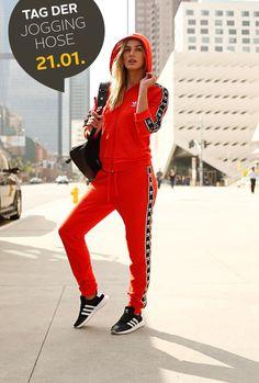 Am 21.1. feiert die ganze Welt den Internationalen Jogginghosentag – und hier kommt dein Festtags-Outfit! Mit dieser herrlich roten Kombi von adidas stichst du am hochoffiziellen Feiertag aus der Masse heraus – und zeigst deine Liebe zur Gemütlichkeit ganz besonders trendbewusst!
