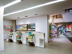 La Pharmacie Michel si trova a St. Dié, nella regione francese dell'Alsazia. OBIETTIVO: la costruzione di uno spazio nuovo e lontano da qualsiasi stereotipo, che permettesse di sfruttare in toto i metri quadri della superficie, adibendoli a settori diversi. … Continua