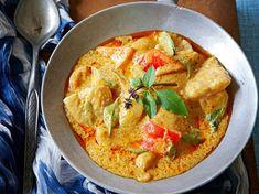 Avec les lectrices reporter de Femme Actuelle, découvrez les recettes de cuisine des internautes : Wok de poisson au curry rouge