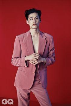 핑크색 실크 수트와 메두사 펜던트 목걸이 가격 미정, 모두 베르사체. Boy Fashion, Korean Fashion, High Fashion, Fashion Art, Fashion Trends, Mens Fashion, Drawing Practice, Korean Model, Korean Style