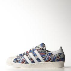 Os Superstar 80s Pioneers Nigo são um estilo exclusivo desenhado em colaboração com o produtor musical e ícone da moda japonês. Feito a partir de materiais de excelência, os sapatos desportivos refletem o estilo e criatividade deste pioneiro da cultura urbana com um padrão de grafiti em toda a superfície.