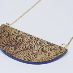 Vendu !!! collier support en bois. laqué. décors à la feuille d'or gravée.