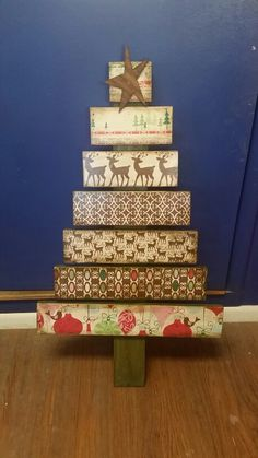 Wooden christmas tree / pallet christmas tree using scrapbook paper @yourefiredox  made by Scarlet Day