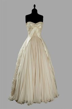 Vintage beauty.  ♥ wow...didnt think Id share a wedding dress...but this is vintage!! LOL..just like NICOLE! ;)