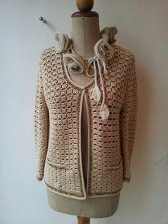 Giachina chanel in cotone a crochet con rifiniture in lurex e girocollo con le rose