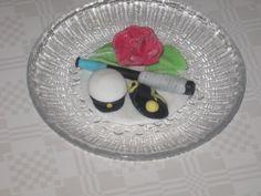 Yö-kakkukoriste, jossa näkyy myös ylioppilaan harrastus.