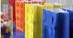 Bolsa de regalo en forma de lego   Ideas para Decoracion Ideas Para Fiestas, Party Favors, Shower, Prints, Paper Purse, Bag Packaging, Wrapping, Parties Kids, Shapes