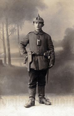 A young Kanonier Georg Huber of Bayrisches Reserve Feld Artillerie Regiment No. Military Men, Military History, Military Uniforms, World War One, First World, Ww1 Photos, D Day Normandy, Ww1 Soldiers, Portrait Background