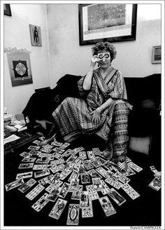 Francis Campiglia     Photo: femme cartomancienne tarot de marseille  http://www.darqroom.com