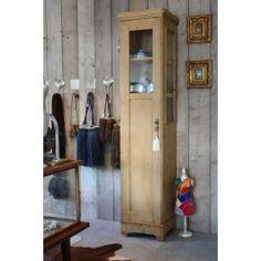 Grenen vitrinekastje  Oud grenen vitrinekastje  Aan voorzijde en aan één zijde glas  In de kast zitten plankjes (nieuw)  Alleen af te halen in de winkel in Leende
