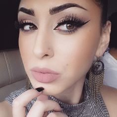 WHAT MAKEUP DOES THIS WOMAN USE?? TELL MMEEEE!!