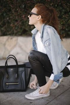 Ce combo d'une veste en jean bleue claire et d'un pantalon slim en cuir noir attirera l'attention pour toutes les bonnes raisons. Décoince cette tenue avec une paire de des baskets basses en toile blanches.