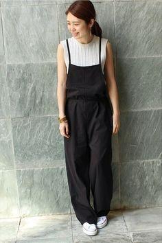 ゆったりシルエットのサロペットにはコンパクトなノースリーブのトップスを合わせて。ブレスレットやバングルで女性らしい小物を取り入れて。 Jumper Pants, Jumper Outfit, Overalls Outfit, Japanese Streetwear, Japan Fashion, Fashion Books, Street Wear, Normcore, My Style