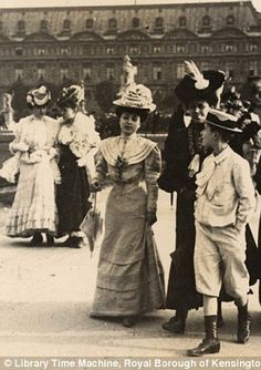 Paris, Place du Louvres, 4th June 1906--Great candid pictures of women in London and Paris in the 1900's.
