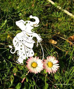 I spy a little happy elephant among the Spring flowers. Je regarde ce petit éléphant joyeaux d'être parmi des beaux fleurs de printemps. #papercutting #papierdécoupe #spring #printemps #croquis #papercutart #elephant #happy #nature #illustration #art #tristanspaperstories #framedart www.tristansps.com #daisy