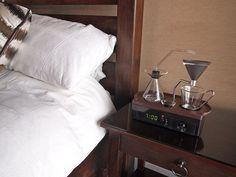 """Josh Renouf diseñador industrial del Reino Unido explica su invento: La cafetera calienta el agua y elabora el café llegada la hora de la alarma. Todo lo que tienes que hacer es cargar los ingredientes la noche anterior. Renouf señala que este proceso de preparación puede realmente ayudar a los usuarios a dormirse con más facilidad """"Alienta un ritual antes de ir a dormir, lo que indica al cuerpo y la mente que es tiempo para descansar y relajarse"""""""