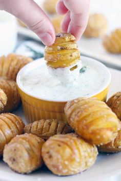Perfect as an appetizer, these Mini Hasselback Potatoes with Creamy Dill Dip are dunkable and delicious! Gluten free, vegetarian, and perfect for the holidays. Snacks Mini Hasselback Potatoes with Creamy Dill Dip Batatas Hasselback, Hasselback Potatoes, Mini Potatoes, Fingerling Potatoes, Finger Potatoes, Dill Dip, Snacks Für Party, Appetizers For Party, Gastronomia
