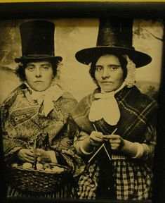Welsh women knitting, no further info. Vintage Photographs, Vintage Images, Welsh Lady, Knitting Stitches, Loom Knitting, Free Knitting, Knitting Patterns, Crochet Patterns, Knit Art