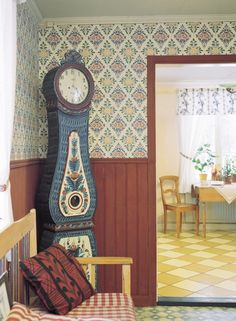 Swedish clock and Gästgivars wallpaper by Duro – toptrendpin. Swedish Interior Design, Swedish Interiors, Scandinavian Folk Art, Scandinavian Interior, Swedish Cottage, Swedish Style, Antique Clocks, Cottage Design, Living Room Art