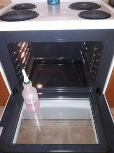 HOMEMADE OVEN CLEANER cup theives dish soap cup lemon juice 1 cup vinegar 1 cup water Shake gently to combine ingredients, spray in your stove. Let sit for a little bit and voila, a brand new looking stove!This DIY Oven Cleaner Is Much Better Than Store-B Diy Home Cleaning, Homemade Cleaning Products, Household Cleaning Tips, House Cleaning Tips, Natural Cleaning Products, Spring Cleaning, Oven Cleaning Hacks, Household Cleaners, Kitchen Cleaning