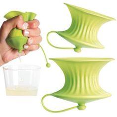 Grazie a Lékué ed al suo particolare #spremilimone in #silicone ottieni la quantità di #succo desiderata, senza ne semini ne schizzi e proteggi il #limone che non viene utilizzato nel #frigorifero. Basta tagliare il #limone in due e spremere ognuna delle due parti per estrarne il succo. Pratico e perfetto in #cucina, e comodo anche per i #cocktail.