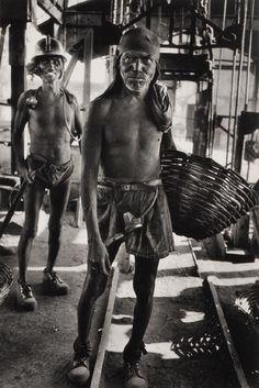 by Sebastiao Salgado - Workers Documentary Photographers, Famous Photographers, Magnum Photos, Edward Weston, Fine Art Photography, Street Photography, Beatiful People, Black N White, Black Swan