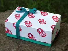 Look how easy it is to make a little gift box! Gwenny Penny designed it and scissors and spatulas featured it.