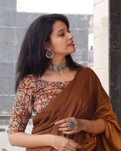 5 Cool Blouse Designs That Everyone is Wearing in 2019 Looking for the latest blouse designs of Then check out what everyone is wearing this year! Blouse Back Neck Designs, Stylish Blouse Design, Fancy Blouse Designs, Kalamkari Blouse Designs, Cotton Saree Blouse Designs, Saree Blouse Patterns, Kalamkari Kurti, Kalamkari Dresses, Saree Trends