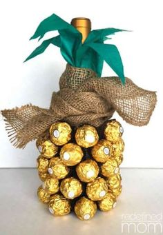 For a quick hostess gift, make this pineapple lookalike with a bottle of wine or sparkling cider, in... - Redefined Mom