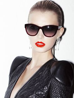 glamour sun glasses and red lips