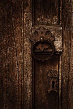 Old door knocker & lock Door Knobs And Knockers, Knobs And Handles, Door Handles, Old Doors, Windows And Doors, Door Detail, In China, Brown Aesthetic, Brown Beige