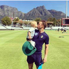 that's so cute 😍😍 Ab De Villiers Ipl, Ab Positive, Ab De Villiers Photo, Cricket Sport, Superman, Champion, Abs, Jokers, Sports