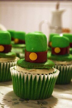 St. Patrick's Day Cupcakes!! Cupcake Idea to make this day the sweetest!! #green #cupcakeidea #stpatrickday #goodluck #sweet