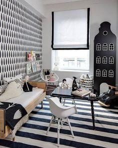 De kleurencombinatie zwart/wit in je interieur. In deze kinderkamer zijn veel grafische prints gebruikt voor zowel muren, vloer als accessoires. Door de toevoeging van één houtkleur en zachte pasteltinten krijg je een zachte en frisse uitstraling. Een combinatie die nooit verveelt! De zwarte kast is van Kastvaneenhuis. Styling: SissyandMarley. Foto: Coolkidscompany.