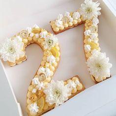 Numbercake façon tarte au citron 🍋 Pâte sucré, crémeux citron et en déco quelques touche de meringue suisse pochée. Il fallaitque ce soit… Beautiful Cakes, Amazing Cakes, Fondant Numbers, Lemon Meringue Cookies, Alphabet Cake, Buttercream Cupcakes, Number Cakes, Birthday Gifts For Boys, Cake & Co