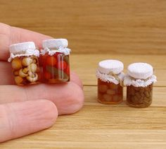 4 Stück. (Verschiedene Gemüse, Pilze, Bohnen, Obst-Kompott) Miniatur-Gläser. Canning Gläser mit Gemüse. Nahrung für Puppenhaus im Maßstab 1/12