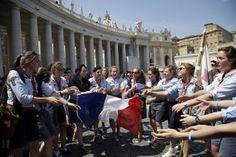 Un grupo de chicas scouts francesas cantan en la plaza de San Pedro en el Vaticano, en la espera de asistir a la ceremonia  del 27 de abril en el Vaticano en la que el Papa Francisco elevará al la...