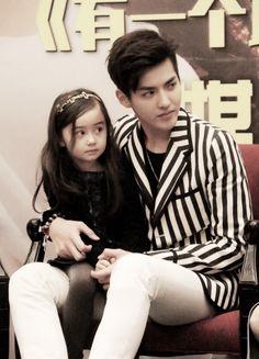 ] Yifan and his baby girl~ Judging people together, like father like daughter. Kris Exo, Tao Exo, Exo Chanyeol, Exo 12, Seokjin, Hoseok, Kris Wu Movies, Sekai Exo, Exo Songs