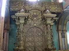The second door of El Sagrario was constructed by the famous artist Bernardo de Legarda (1700–1773) and painted with liquid gold leaf in a highly ornamental style.