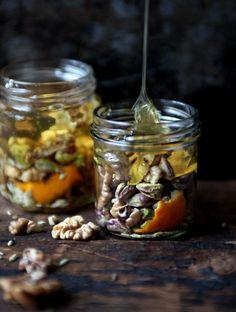 Gemarineerde honing met walnoten