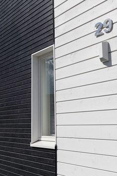 Mustaa ja valkoista myös julkisivussa. Kyseessä Deko 192 -kohde, maalina himmeä Ultra Matt -talomaali, talon pääsävy on valkoinen 619x ja tehostesävynä musta 564x. #asuntomessut #tikkurila #asuntomessut2015 #talo #colors #monochrome