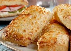 Faça pão de batata com cobertura de queijo para o lanche