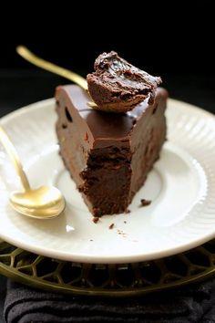 Le meilleur moelleux au chocolat du monde! Ingrédients: Pour le gâteau 200g de chocolat noir 250g de mascarpone 4 oeufs 40g de farine 75g de sucre glace Pour le glaçage 200g de chocolat 75g de beurre 2 càs de crème fraiche épaisse Préparation du...